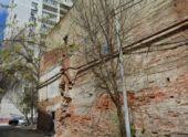 В аварийном общежитии на Бруснева частично обрушилась стена